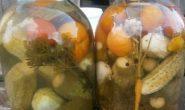 Маринованные ассорти огурцы и помидоры на зиму