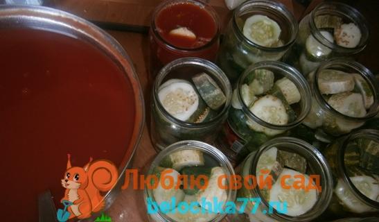 Заливаем огурцы томатом