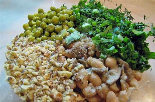 Тёплый фасолевый салат с грибами и орехами