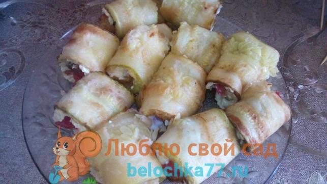 Рулетики из кабачков с шампиньонами и помидором