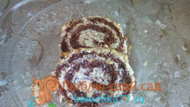 Шоколадный бисквитный рулет со сгущенкой и орехами