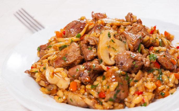 Мясо с грибами, рисом и овощами